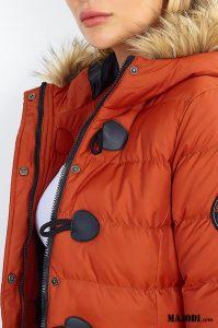 Casaco acolchoado laranja-telha com capuz